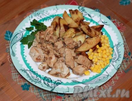Индейка в сметане с соевым соусом и чесноком готова. Можно подавать с любым гарниром и овощами.