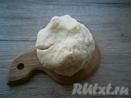 Замесить мягкое, немного липнущее картофельное тесто.