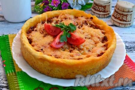 Невероятно вкусный и сытный картофельный пирог, приготовленный с фаршем в духовке, подать к столу в теплом виде, разрезав аккуратно его на части.