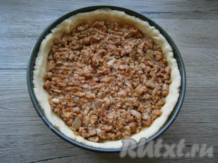 Картофельное тесто разместить в форме, формируя высокие бортики. В форму выложить немного остывший фарш, разровнять. На фарш можно выкладывать свежие помидоры, если будете использовать их.