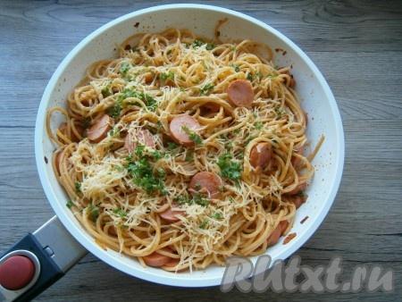 Не снимая сковороду с огня, посыпать макароны тертым сыром и измельченной зеленью. Прикрыть сковороду крышкой и подержать ее на небольшой огне до расплавления сыра (2-3 минуты).