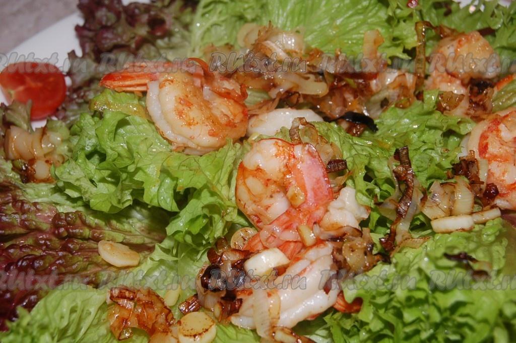 креветки и листья салата