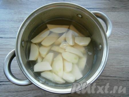 Картофель очистить, нарезать в кастрюлю, полностью залить водой.