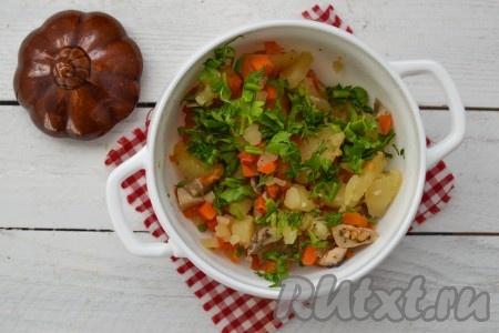 Выложить картофель на тарелку, посыпать измельченной зеленью и подать в горячем виде к столу. Можно также подать на стол в горшочках.
