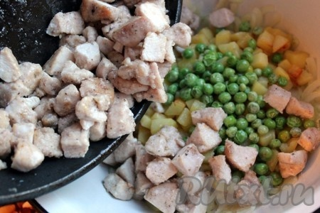 Затем разморозить на горячей сковороде зелёный горошек или стручковую фасоль и добавить к луку и картошке. Куриное мясо нарезать на маленькие кусочки, посыпать специями для курицы, посолить и быстро обжарить на растительном масле, постоянно помешивая и встряхивая. Все ингредиенты салата соединить, добавить рубленый свежий укроп.
