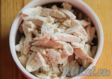 Куриное филе отвариваем до готовности в подсоленной воде и нарезаем соломкой. Для этого салата мне больше нравится, когда курица нарезана именно соломкой, но вы можете нарезать, как вам больше нравится, на вкусе это не отразится.