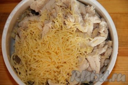 Сыр для салата натираем на терке и добавляем к опятам и курице. Следим за тем, чтобы куриное филе было остывшим и не расплавило наш сыр.