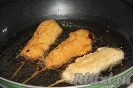 Обжарить сосиски до золотистого цвета с двух сторон на разогретом растительном масле на среднем огне.