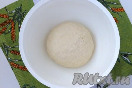 Далее понемногу добавлять оставшуюся муку, замешивая мягкое, послушное тесто. Этого теста хватит на 2 лепёшки. Оставить тесто в тёплом месте для увеличения объёма вдвое, а в это время заняться начинкой.