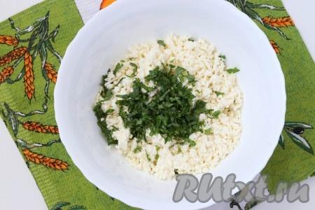 Для приготовления начинки натереть на тёрке адыгейский сыр (в рецепте количество сыра указано на 1 хачапури). К сыру добавить мелко нарезанную петрушку.