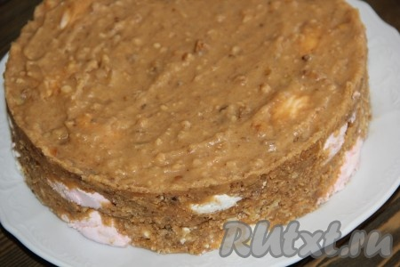 Поставить форму с тортом из зефира со сгущенкой в холодильник на ночь. Утром снять бортики формы и переложить тортик на тарелку.