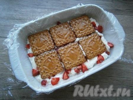 Затем снова сделать слой печенья в сиропе.