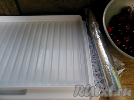 Если у вас есть в холодильнике отсек для быстрой заморозки с подносом, застелите его фольгой. Или просто используйте поднос с достаточно высокими бортиками, застеленный фольгой.