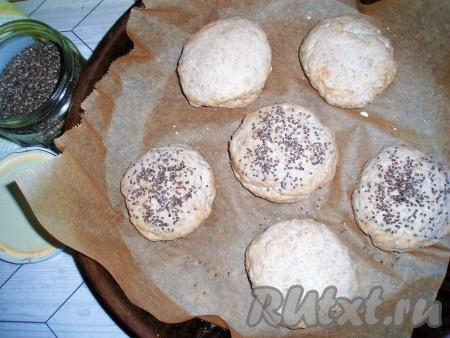 Затем сформировать круглые булочки, выложить на противень, застеленный пергаментом. Верх булочек смазать яйцом или молоком при помощи кисточки. По желанию, булочки можно посыпать семенами (я посыпала семенами чиа).