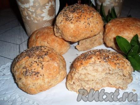 Готовые пшенично-ржаные булочки достать из духовки, остудить и подать к столу.
