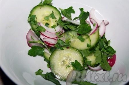 Рыба, жареная в кляре, готова, добавляем зелень, ложку овощного салата по вашему вкусу) и можно подавать на стол.