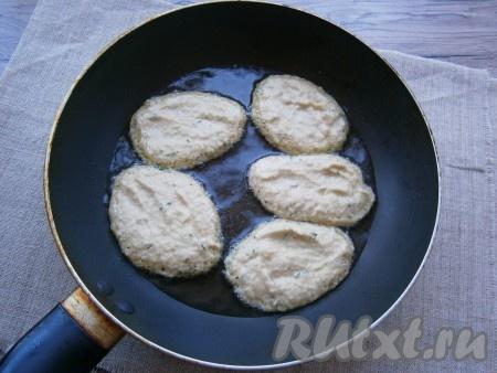 В разогретую сковороду влить немного растительного масла и выкладывать кабачковое тесто ложкой в виде небольших оладий.{amp}#xA;