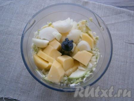 Немного кабачок измельчить и добавить к нему нарезанные картофель и репчатый лук.{amp}#xA;