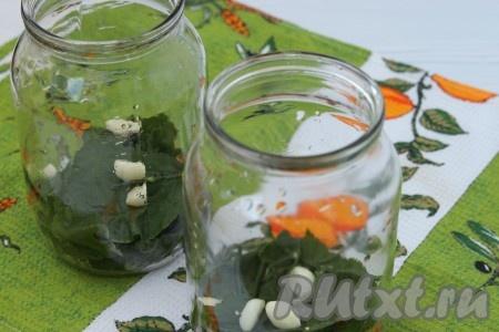 Тщательно вымыть банки, стерилизовать не нужно. На дно каждой банки выложить по листку хрена и малины, по 2 стебля укропа и 4 зубчика чеснока.