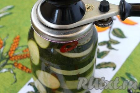 Из банок с кабачками вылить воду в раковину и залить их подготовленным маринадом. Банки сразу же закатать.