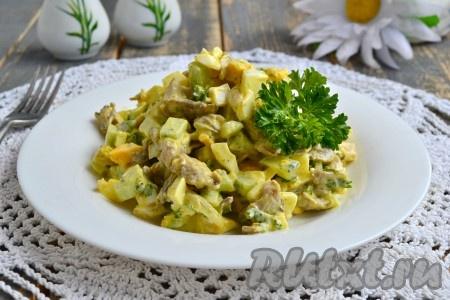 Замечательный, очень вкусный салат, приготовленныйс жареными вешенками, выложить в салатник, украсить и подать к столу.