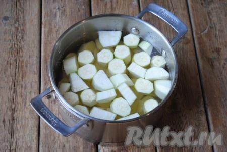 Картофель и кабачки нарезать средними кусочками и выложить в подходящую кастрюлю. Залить чистой холодной водой, чтобы она полностью покрывала овощи.