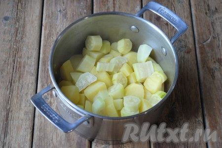Отправить кастрюлю на огонь и довести до кипения, добавить соль. Затем варить на медленном огне до готовности. Когда овощи станут мягкими и будут легко прокалываться ножом или вилкой (минут через 20), можно сливать воду.