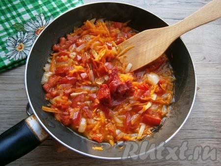 Перемешать овощи на сковороде, влить горячую воду, добавить томатную пасту, перемешать.