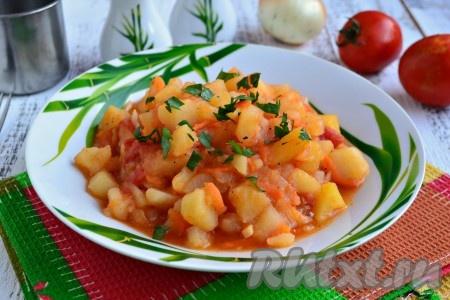 Очень вкусную картошку, тушеную в томатном соусе, подать к столу в горячем или теплом виде.