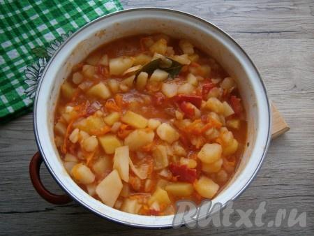 Перемешать картошку с томатным соусом и тушить на самом маленьком огне около 5 минут с момента закипания.