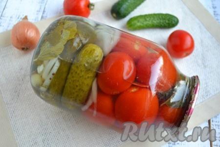 Хранить вкусное ассорти, приготовленное из огурцов и помидоров на зиму, можно в условиях городской квартиры. Очень удачная заготовка, рекомендую!{amp}#xA;