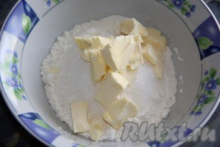 Для приготовления песочной крошки соединить муку, сахар, соль и кусочки холодного сливочного масла.