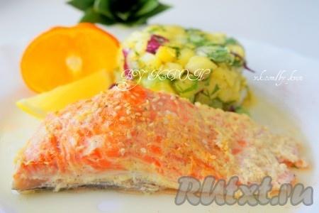 Подавать рыбу горячей с вашим любимым гарниром и соусом на ваш выбор. А также вы можете приготовить на гарнир пикантную ананасовую сальсу. Не смотря на то, что рецепт приготовления сёмги в духовке прост, вы получите полезное и очень вкусное блюдо.