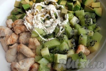 Соединить куриное мясо, киви и авокадо, заправить салат майонезом или соусом по вкусу, посыпать свежесмолотым перцем черным и/или душистым) и тщательно перемешать.
