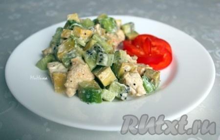 При подаче куриный салат с авокадо и киви можно украсить болгарским перцем, он тоже очень вкусно сочетается с этим блюдом.