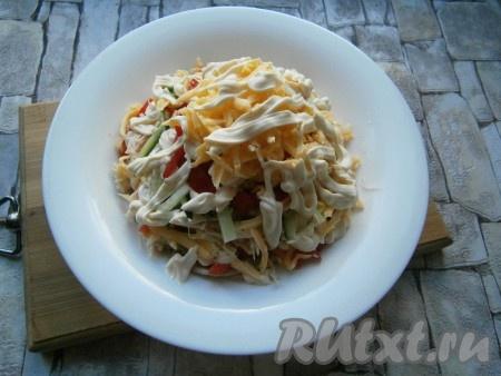 Дальше все слои повторить с меньшим количеством ингредиентов (оставшаяся 1/3 часть), формируя салат в виде горки (муравейника). Сверху и по бокам салата нанести полоски майонеза.