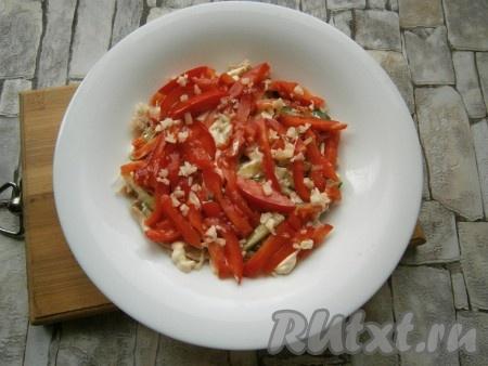 Далее выложить слой большей части помидоров, нарезанных брусками или длинными кусочками, на них - половину измельченного чеснока, немного посолить.