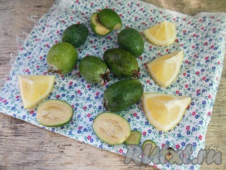 Срежьте чашелистики, удалите повреждения на плодах (если они есть), разрежьте ягоды пополам. Лимон обдайте кипятком, разрежьте на кусочки, уберите косточки.