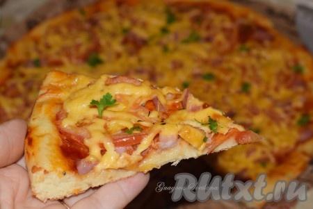 Такая пицца, приготовленная в духовке, хороша и остывшей, и подогретой в микроволновой печи. Этот быстрый и очень удачный рецепт бездрожжевого теста для пиццы выручит вас в нужный момент, так что, хозяюшки, возьмите себе его на заметку.