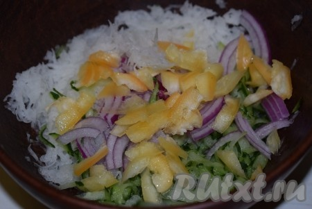 Болгарский перец нарежем соломкой и добавим в салат из белой редьки, огурцов и лука.