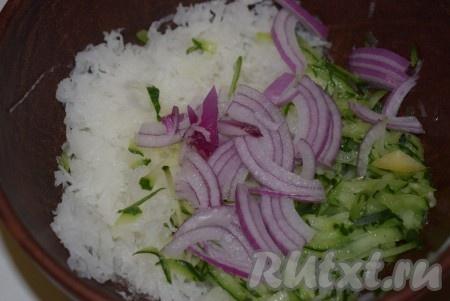 Лук нарежем на тонкие полукольца или четвертинки, добавим в миску к овощам.