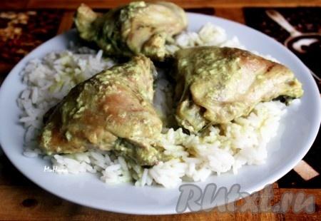 Подать курицу можно следующим образом - на блюдо с рисом выложить кусочки курицы и полить образовавшимся соусом из кокосового молока.