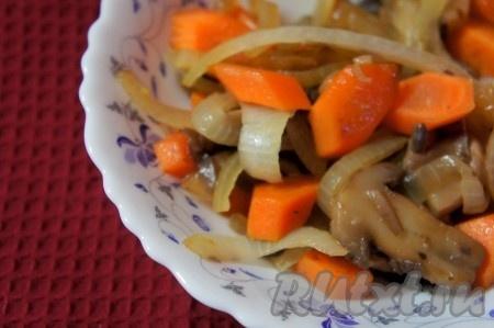 К овощам добавить шампиньоны, перемешать, тушить ещё 3-5 минут. Выложить овощи и грибы на тарелку.