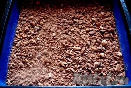 В форму (тут квадратная силиконовая мягкая) выложить половину теста с какао и разровнять.