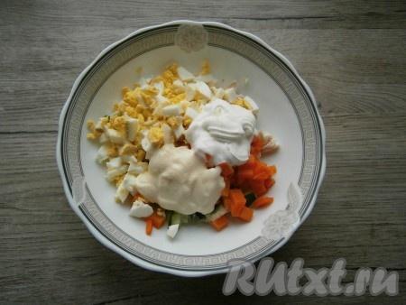 Салат из свежего огурца, курицы, яиц и моркови посолить, добавить майонез со сметаной.{amp}#xA;