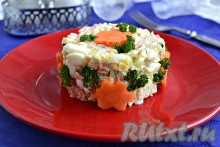 Выложить простой и вкусный салат, приготовленный со свежим огурцом и курицей, в салатник или на тарелку с помощью кулинарного кольца, украсить на свое усмотрение и подать к столу.{amp}#xA;