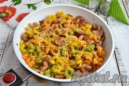 Вот и все, вкуснейшие макароны с сосисками и сыром, приготовленные в сковороде, можно подавать к столу. Подавайте блюдо к столу горячим, посыпав его оставшимся сыром. Отличный рецепт на скорую руку, просто, вкусно, сытно!