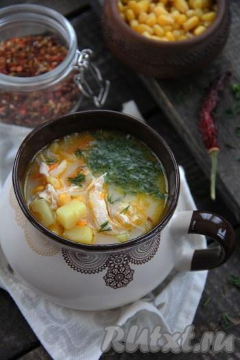 Вкусный, сытный, очень нежный сырный суп из плавленного сыра с курицей подать с пылу с жару, по желанию, можно добавить рубленную зелень.