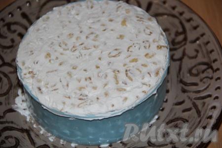 Поставить бортики для торта на плоскую тарелку. Выложить массу и хорошо утрамбовать. Я выкладывала массу небольшими порциями и утрамбовывала лопаткой. Накрыть тортик пищевой плёнкой и поставить на 2-4 часа в холодильник.