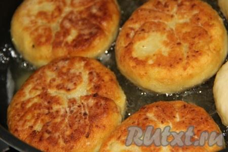 Обжарить пирожки с двух сторон до золотистого цвета на среднем огне.